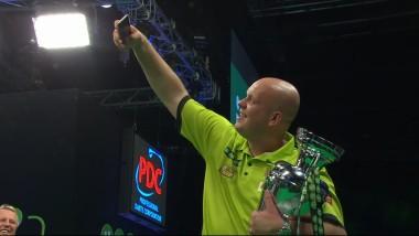 Bei der Siegerehrung hatte Michael van Gerwen noch Zeit für ein Selfie mit Pokal