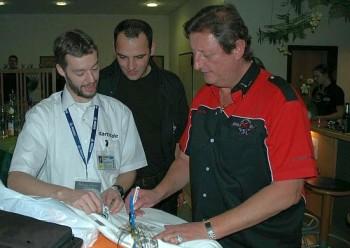 Eric Bristow unterschreibt dartn.de T-Shirts