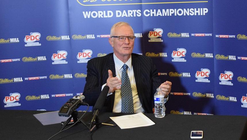 Barry Hearn bei einer Pressekonferenz - PDC Dart WM 2017