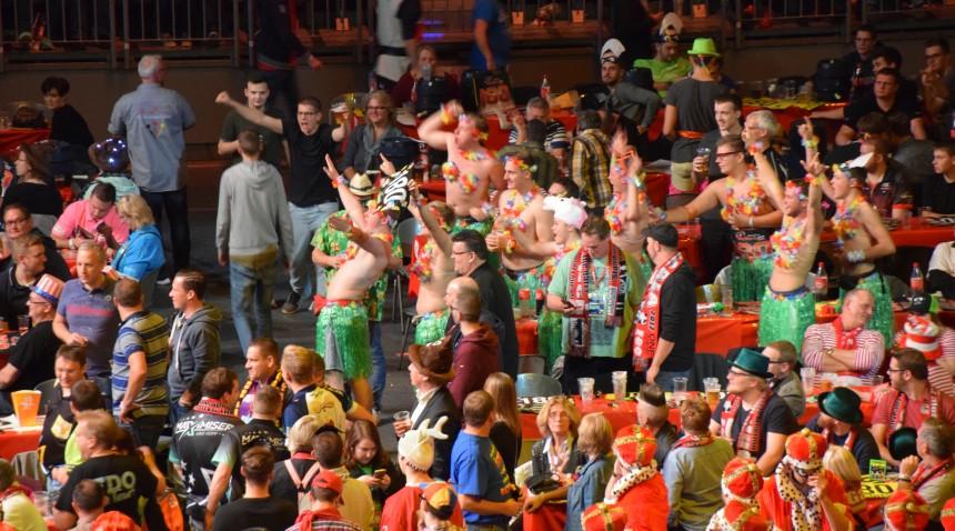 Das Publikum im Innenraum der Cologne Darts Gala 2017 - Lanxess Arena Köln