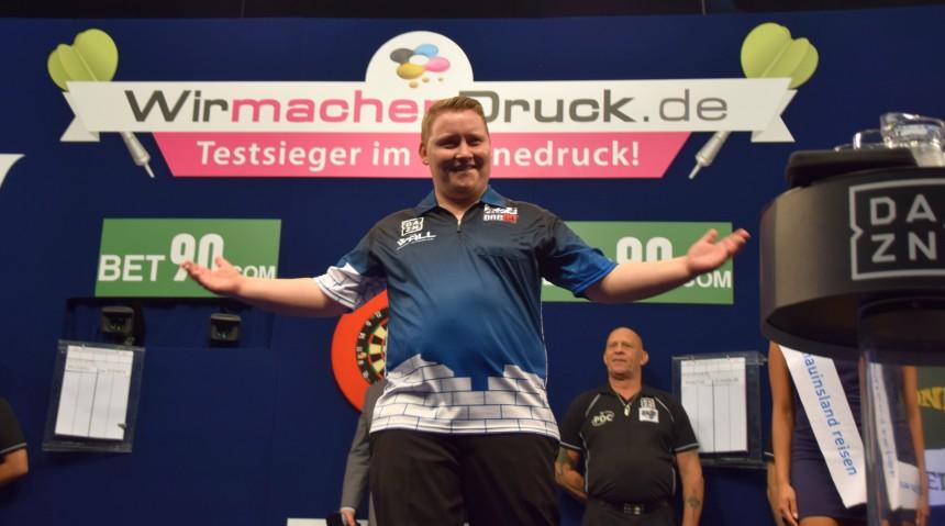 Martin Schindler heizt das Publikum ein - German Darts Masters Düsseldorf 2017