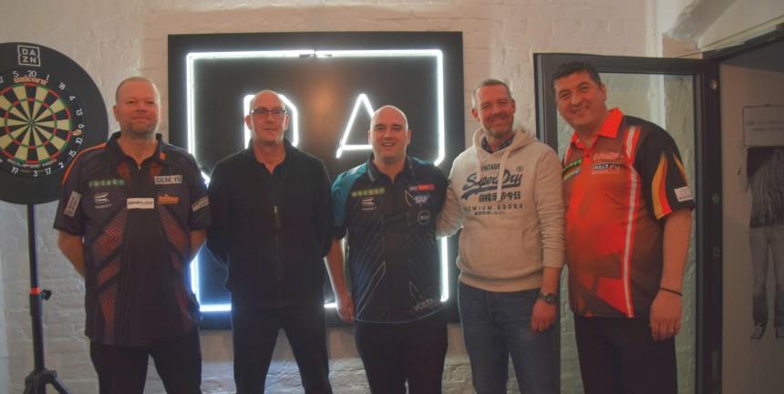 Unsere dartn.de Gewinner beim Gruppenfoto mit Barney, Cross und Suljovic