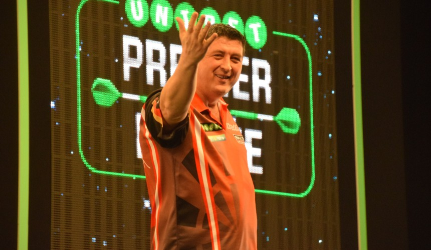 Mensur Suljovic bei der PDC Premier League Darts in Berlin