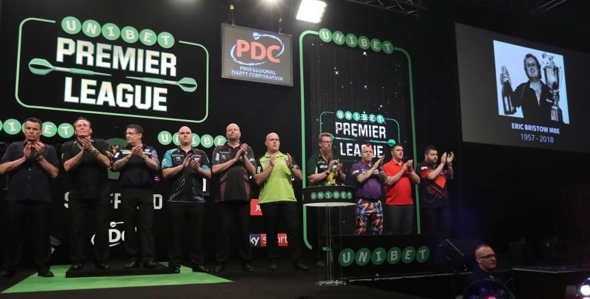Die Spieler gedachten Eric Bristow auf der Bühne in Sheffield