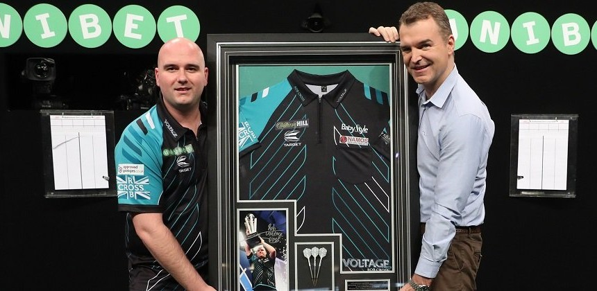 ROb Cross versteigert WM Dartshirt & Darts