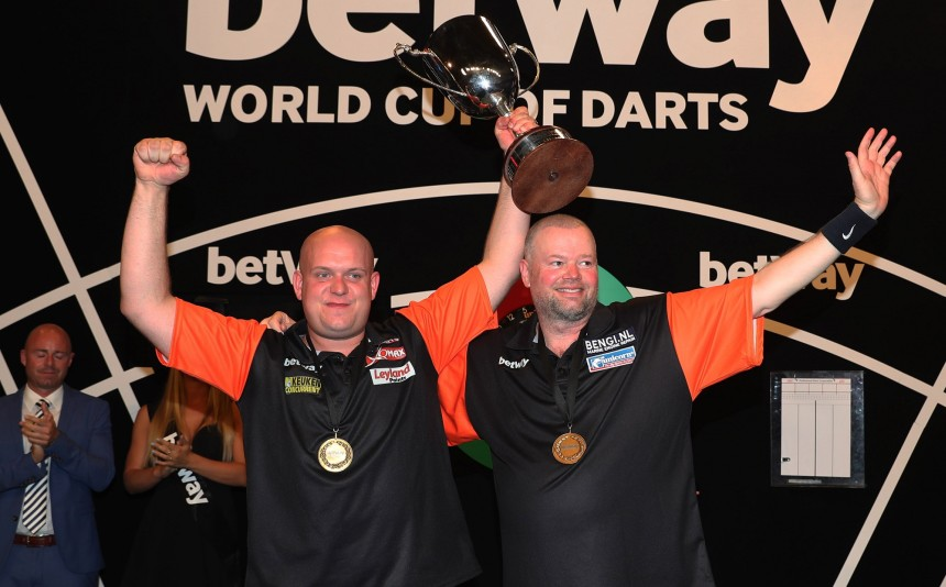 Michael van Gerwen und Raymond van Barneveld beim World Cup of Darts in Frankfurt