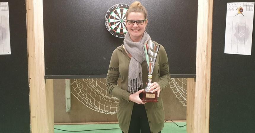 Lisa Zollikofer mit dem Pokal nach dem Finalsieg