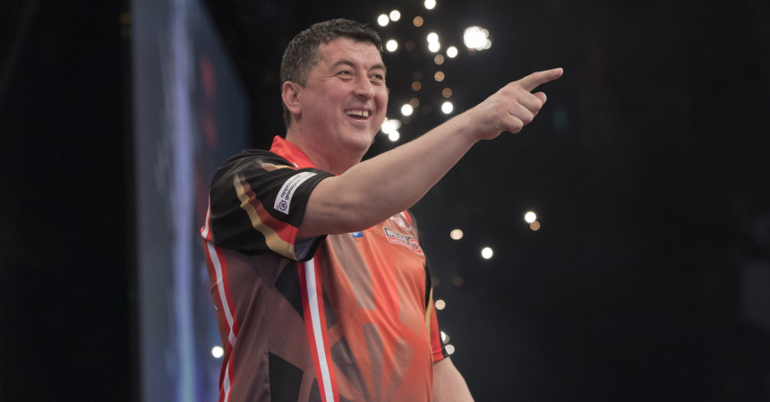 Mensur Suljovic bei der Premier League Darts 2019