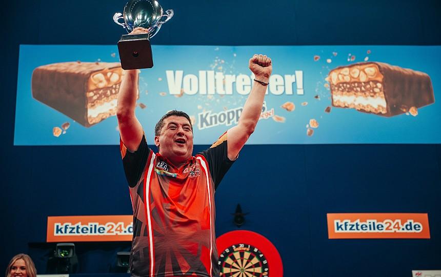 Mensur Suljovic mit dem Titel bei den German Darts Masters