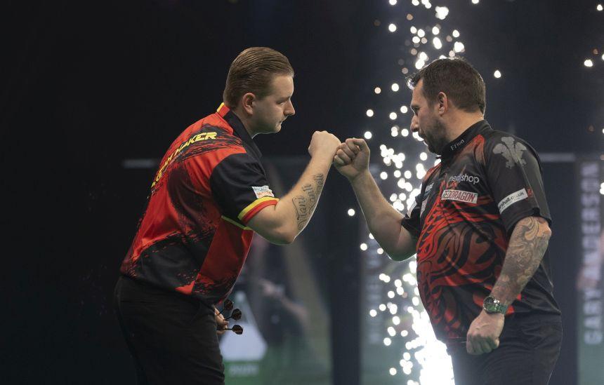Dimitri van den BergDimitri van den Bergh gewinnt das Topduell gegen Jonny Claytonh gewinnt das Topduell gegen Jonny Clayton