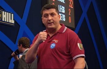 Mensur Suljovic dei der PDC Dart WM 2015
