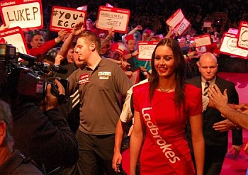 Max Hopp beim Walk On PDC Dart WM 2013