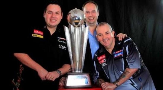 Phil Taylor, Adrian Lewis und Sid's Sohn Dan Waddell präsentieren den neuen WM Pokal, die Sid Waddell Trophy