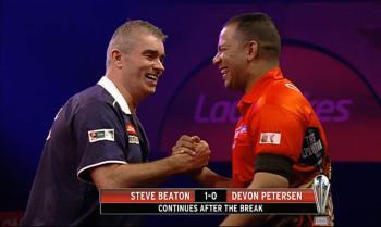 Petersen und Beaton bein Handshake vor dem Spiel