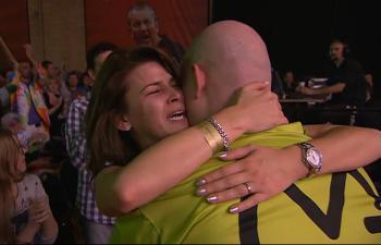 PDC Dart WM 2014: Michael van Gerwens Freundin Daphne war nach dem Sieg zu Tränen gerührt
