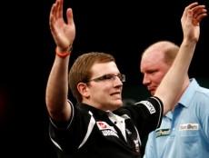 Mark Webster übersteht die erste Runde der PDC Dart WM 2010