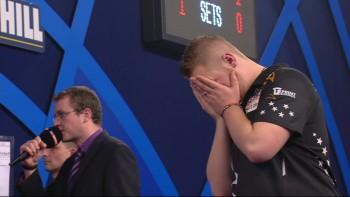 Max Hopp verzweifelt im vermutlich spielentscheidenden 3. Leg des 2. Satzes auf den Doppeln!
