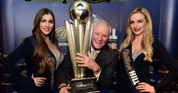PDC Vorsitzender Barry Hearn mit der Sid Waddell Trophy - PDC Dart WM 2016