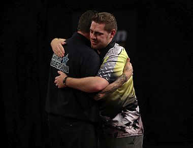 Berry van Peer und Gary Anderson beim Grand Slam of Darts 2017
