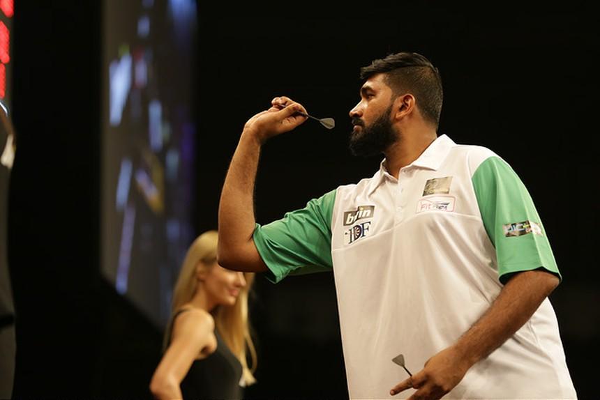Nitin Kumar spielt beim World Cup of Darts auf der Bühne